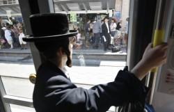 4624901_6_ed97_un-juif-ultraorthodoxe-voyage-dans-le-tramway_228b4f8e8b097b727c3f0a94c7b7e657