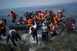Des migrants arrivent sur l'île de Lesbos, en Grèce, le 10 septembre. DIMITRIS MICHALAKIS / REUTERS